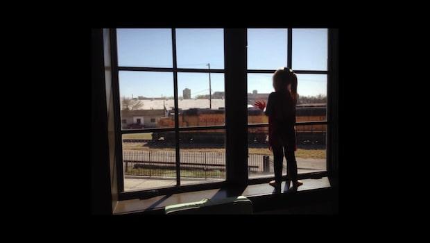 Flickan vinkade till tågen varje dag