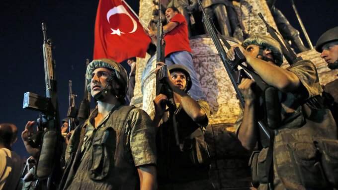 Natten mot lördagen den 16 juli förra året misslyckades ett kuppförsök mot Turkiets president Erdogan. Foto: / AP TT NYHETSBYRÅN
