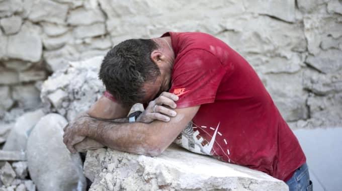 Räddningspersonaen tar en kort paus i räddningsarbetet i Amatrice. Veckans kraftiga jordbävningen i Italien krävde runt 300 dödsoffer. Foto: Massimo Percossi / AP TT NYHETSBYRÅN