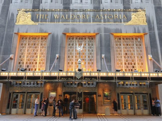 I april firarJalali Eldrissi 50 år som anställd på Waldorf Astoria, och blir historisk som den längst anställde piccolon och dörrmannen i hotellets historia.