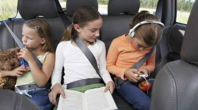 Det finns gott om sätt att underhålla barnen i bilen.