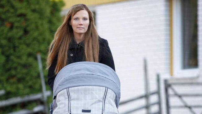 Anette Strandli på promenad tillsammans med sonen Samuel.