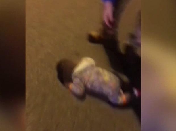 Här hittas krypande bebis mitt på gatan bland bilarna