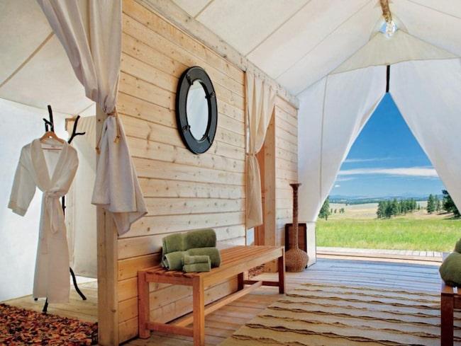 Glamping är alltså lite lyxigare tält, med bäddade sängar, fåtöljer och kanske en soffa i en lite glammigare miljö.