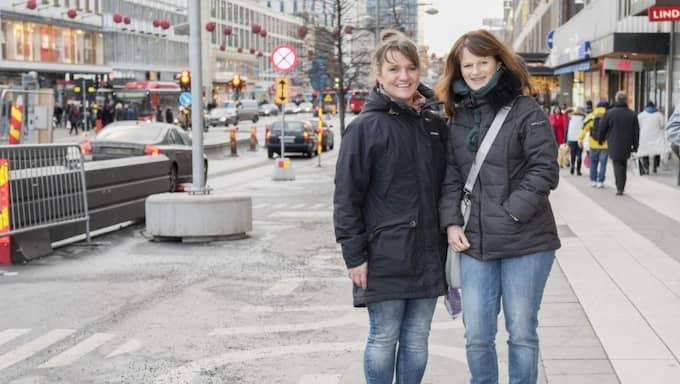 """Marina Haglund, 48, säljare, Stuvsta: """"Vi äter sällan ute. Jag gör alltid storkok och fryser in och har med mig matlåda. Då sparar man mycket pengar."""" Gerlinde Ladinger, 50, säljare, Österrike: '' Jag försöker också alltid ta med mig mat till jobbet och inte äta ute."""" Foto: Ann Jonasson"""