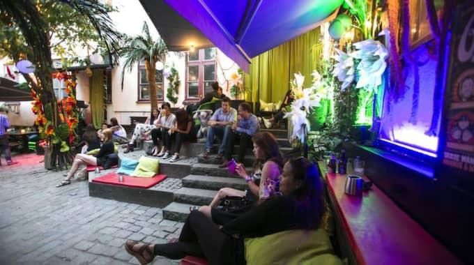 10 BACKYARD/BARA MAGNUS Drottninggatan 5 Magnus & Magnus (M2) och Bara Magnus innergård vid Magasinsgatan är en av stans skönaste utehäng. Tidiga kvällar är det här du tar en bit mat eller lite öl om du garanterat vill slippa vindar - eftersom du är omgiven av höga hus. Sent på kvällarna får du goa klubbar med en del av de skönaste människorna Göteborg kan leverera. Foto: Lennart Rehnman