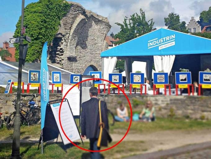 PEKAR UT RYSK SPION. Under pressträffen på Säpos högkvarter visade Wilhelm Unge, chefsanalytiker på Säpos kontraspionage, en bild på rn rysk spion i Almedalen sommaren 2014. Foto: Säkerhetspolisen/TT