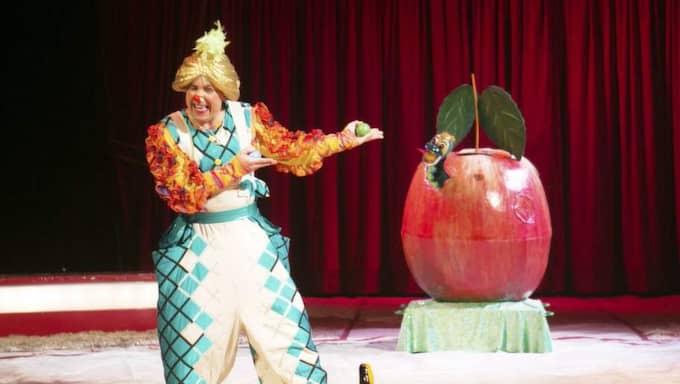Clownen Bobylev dansar, spelar och jonglerar med en mask i ett äpple. Traditionell komik men på nytt och fräscht sätt. Foto: Henrik Jansson