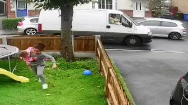 Här försöker mannen locka med sig småflickorna