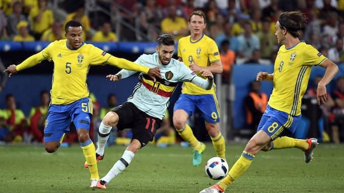 Carraco i duell med Albin Ekdal och Martin Olsson när Belgien mötte Sverige i EM 2016. Foto: BELGA / STELLA PICTURES BELGA