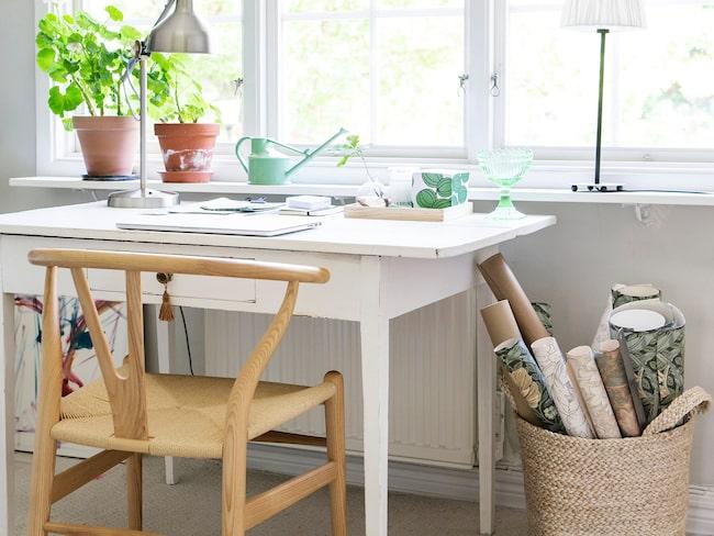 Mattan på kontoret är från Ellos. Y-stol från Länna möbler och korg från H&M home.