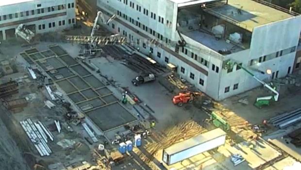 Byggkranen välter - byggarbetarna flyr för sina liv