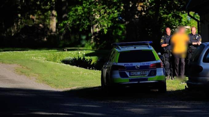 Polisen hade en buss på plats och gick in i en stor, äldre stenbyggnad, varifrån de med våld förde ut två personer. De båda personerna belades med handfängsel. Foto: Alex Ljungdahl