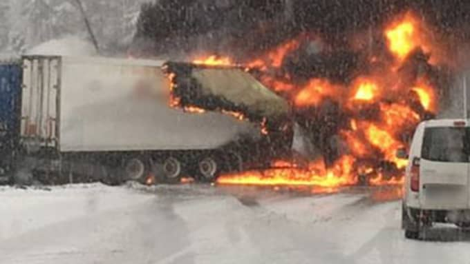 Här brinner lastbilarna. Foto: Läsarbild