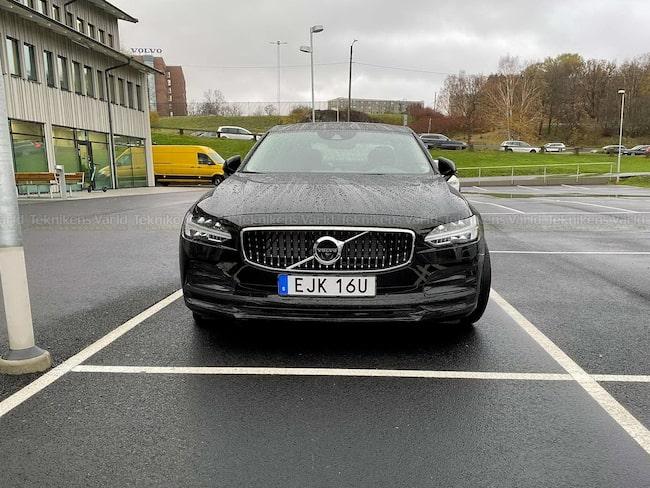 Uppdaterade Volvo S90, här parkerad nära moderföretaget.