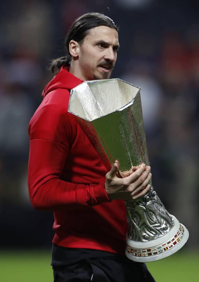 Zlatan med Europa League-pokalen. Foto: / REUTERS BILDBYRÅN