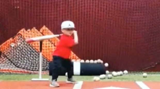 Basebolltalang vid 22 månaders ålder - se pojkens magiska träffar