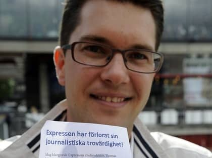 Jimmie Åkesson med SD:s flygblad. Foto: Jan Düsing
