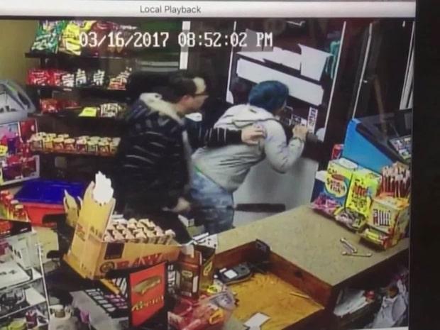 Tröttnade på rånaren - drog fram ett basebollträ