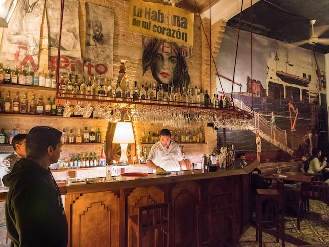 Upplev den kubanska rommen på stadens många barer eller rommuseet.