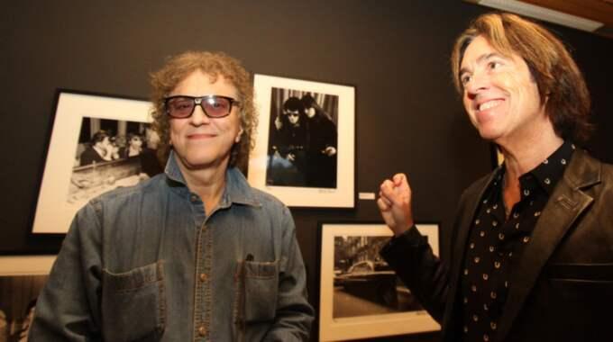 """Per Gessle med en av sina verkliga favoritfotografer, Mick Rock, som han nu ställer ut på egna galleriet i Tylösand. """"Bilder som betytt otroligt mycket för min karriär"""", säger Gessle. Foto: Niklas Henrikczon"""