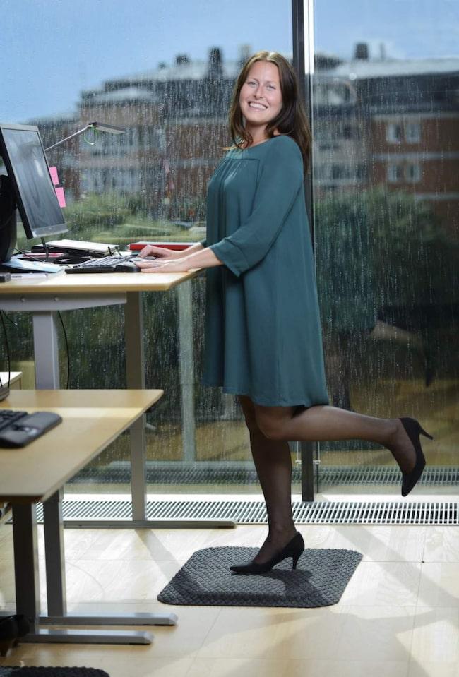 <strong>STÅMATTA</strong><br><strong>Christina Söderlund, 33 år, vd-sekreterare på Postkodlotteriet, har  fått bättre hållning och bålstabilitet efter att börja stå halva sina  arbetsdagar.</strong><br>&quot;För ett och ett halvt år sedan såg jag en kollega som testade en ny sorts matta och sa till vår kontorschef att jag också ville prova eftersom jag får så dålig hållning när jag sitter mycket. Mattan gör en otrolig skillnad för fötterna och ryggen, jag kan stå mycket längre, till och med i högklackat. Innan stod jag kanske sammanlagt en och en halv timme, nu står jag halva dagarna och i början fick jag faktiskt träningsvärk i mage och rygg. Enda gångerna jag sätter mig ner är när jag behöver koncentrera mig extra mycket, som när jag ska fylla i ett Excelark eller redigera bilder, men ska jag bara läsa eller skriva mejl så står jag upp. Min hållning har blivit bättre, liksom bålstabiliteten. Nu har vi som arbetar nära varandra börjat pusha varandra, så när någon ställer sig upp följer alla andra efter.&quot;
