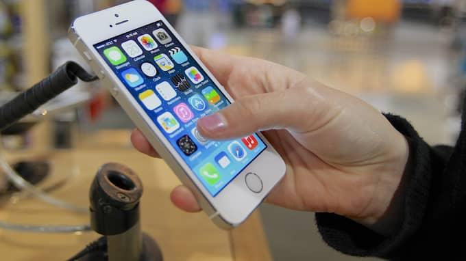 Mobiltelefoner är bäst! Men glöm inte att vara uppmärksam på den du älskar. Foto: NATI HARNIK / AP