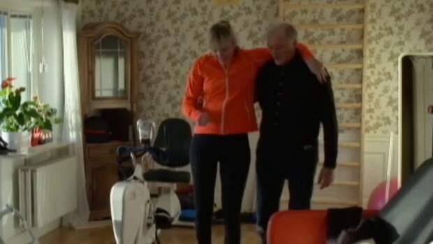 Anna Holmlund tar sina första steg efter olyckan. Hon får hjälp av pappa Lars. Foto: SVT.