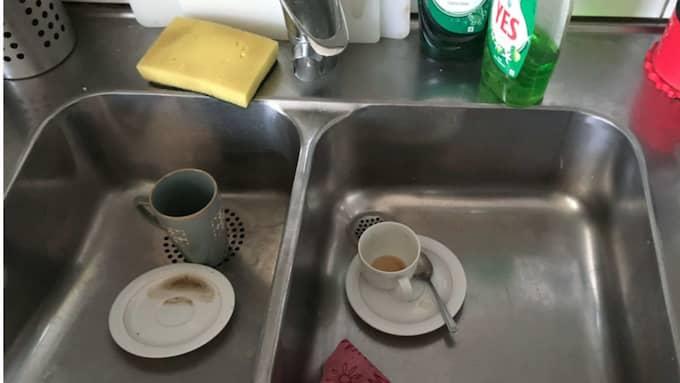 Mannen bjöd på kaffe, då misstänks den yngre kvinnan ha drogat honom genom att spetsa det med lugnande medel. Foto: Polisen