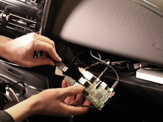 En OBD-scanner tankar bilen på information.