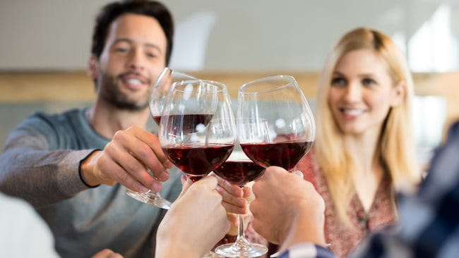 Att sippa på ett glas rött kan vara rena hjärngympan, enligt en framstående amerikansk professor.