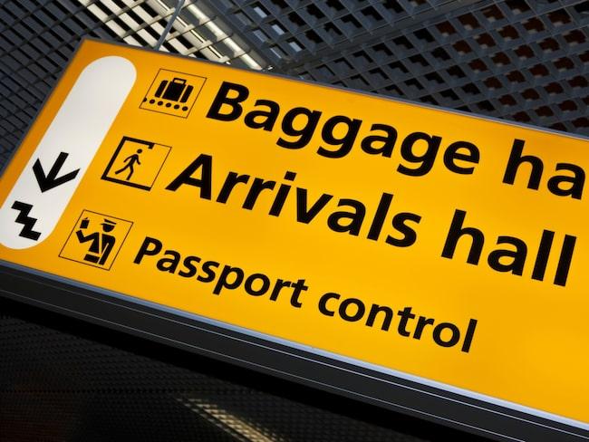 """När du reser inom Schengenområdet kräver reglerna att du ska kunna visa upp ett pass eller ett så kallat """"nationellt ID-kort"""" i gränskontrollen."""