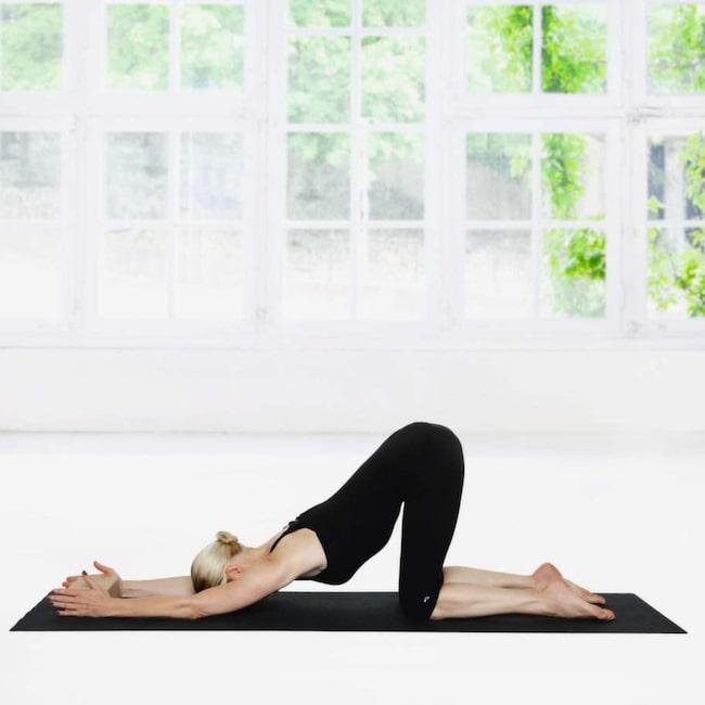<strong>1 Sytråden</strong><br>Gå framåt med händerna tills du kan sänka bröstkorgen ner mot mattan och hålla en rak linje från knä till höft. Håll positionen i två minuter.