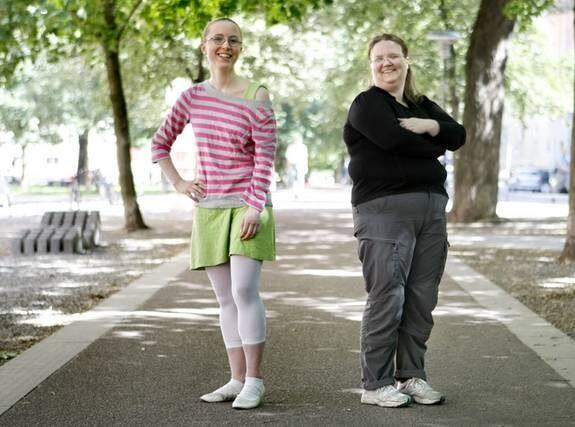 Polyamorösa Karin (i randig topp) och Kristine blev för 1,5 år sedan båda ihop med Fabian. Kristine är även sambo med Gabriel.