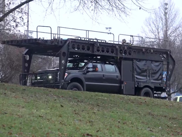 Vapenman har barrikaderat sig i lägenhet – massiv polisinsats på plats