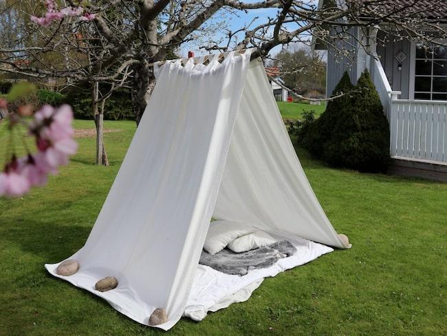 Smart, snyggt och praktiskt! Det här fina tältet förhöjer verkligen sommarkänslan i trädgården.