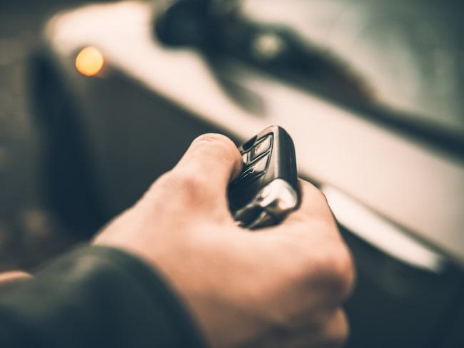Tjuvarna använder störsändare för att blockera signalen som låser bildörren.