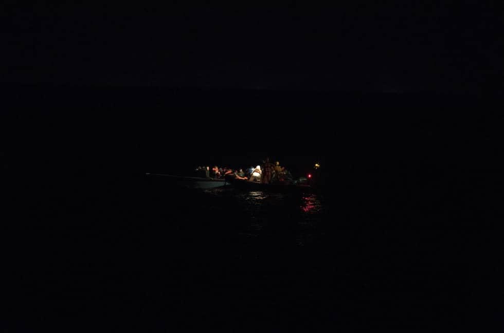 Larmet kommer klockan 23.38. En knappt sjöduglig fiskebåt håller på att kapsejsa. Moas besättning fyller räddningsjollen med flytvästar och beger sig ut i mörkret. Se fler bilder från räddningsfartyget i artikeln. Foto: Christoffer Hjalmarsson