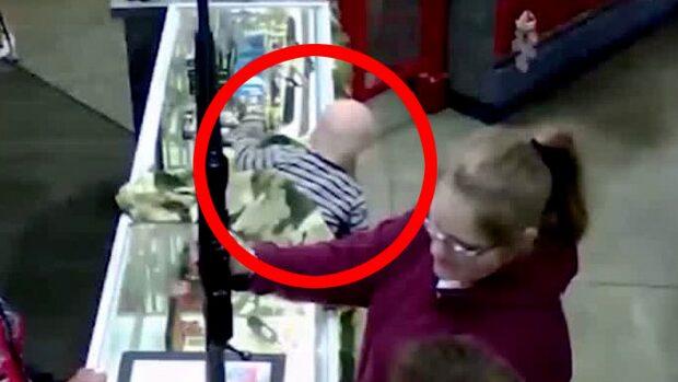 Här faller bebisen –medan mormor köper vapen