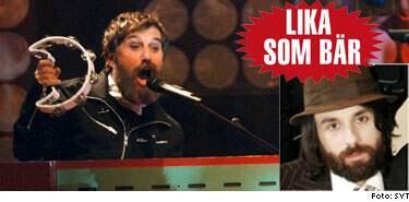 Leif Pagrotsky hoppar in och spelar keyboard med Atomic Swing när bandets ordinarie organist Micke Lohse tvingades lämna återbud.