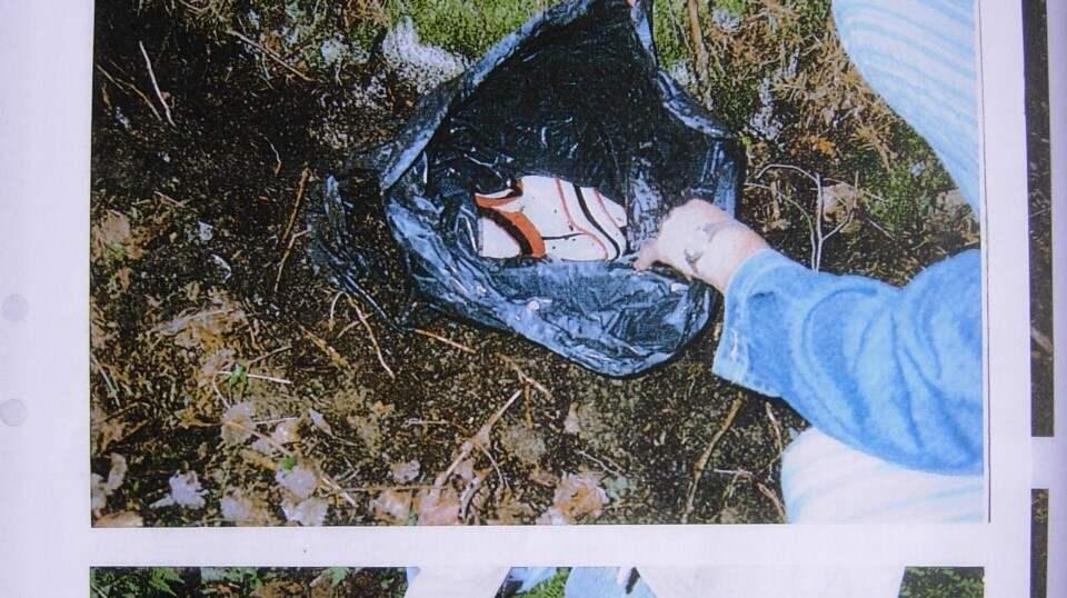 Polisen börjar gräva upp påsarna i vapengömman vid Arlanda. Foto: SÄPO