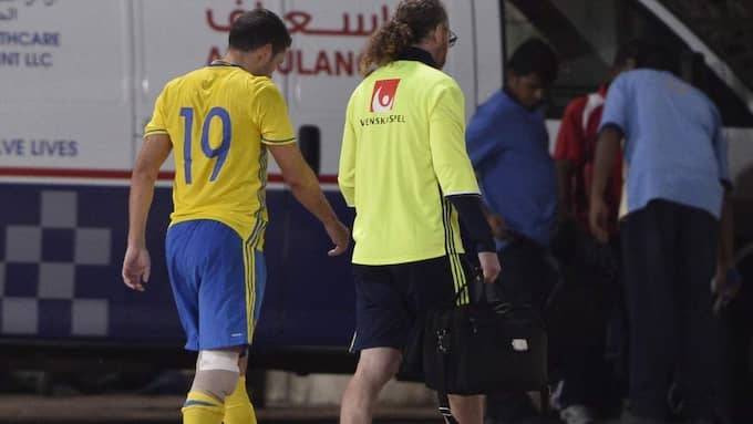 Mrabti fick vård och lämnade arenan tillsammans med landslagsläkaren Rickard Dahan. Foto: Marcus Ericsson/Tt
