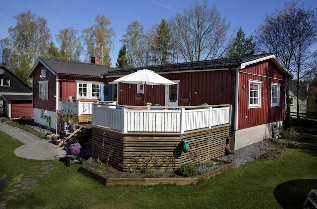 """Det här huset brukade vara en sommarstuga. Nu har familjen byggt ut till en toppmodern villa. """"Dubbelkolla ritningar både en och två gånger"""" är deras bästa tips."""