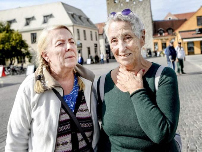 """Vad tycker du om att Försvarsmakten placerat trupper på Gotland? Jill Eriksdotter Stedtenfeldt, 59, gallerivärd, Vänge: """"Har inte Putin kommit hit under högsäsong på sommaren lär han definitivt inte komma hit på vintern, det är bara paranoia och konspirationsteorier."""" Angela, 83, konstnär, Visby: """"Det är helt löjligt. Det har varit massa soldater på Gotland tidigare, men sen skulle de bort och många förlorade mycket ekonomiskt på det."""" Foto: Alex Ljungdahl"""