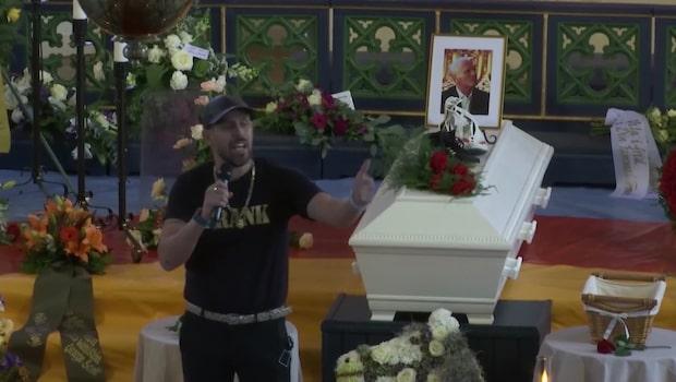 Dogge Doggelito håller tal på Frank Anderssons begravning