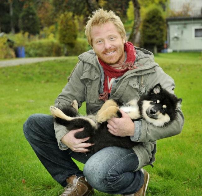 Hundcoachen Fredrik Steen och valpen Niilo visar de fem viktigaste grundövningarna för valpar. Övningarna är enkla att göra i vardagen under de dagliga promenaderna.