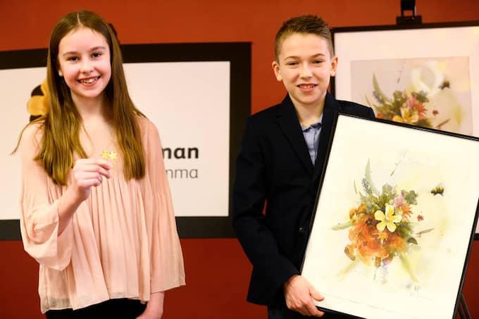 Tolvåriga Elina Hall skapade årets majblomma 2018. Maxi Svensson gjorde affischen. Foto: HOSSEIN SALMANZADEH/TT / TT NYHETSBYRÅN