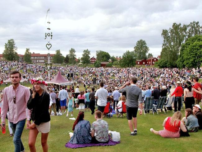 På midsommarafton samlas här över 20 000 människor för att fira midsommar och titta på uppträdanden i Gropen.