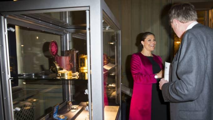 Hon dök upp i en elegant cerise kappa och en unik klocka Foto: David Sica