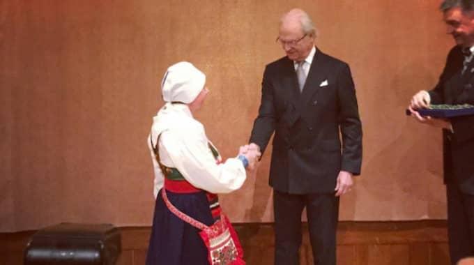 Här delar kungen ut medaljen. Foto: Kungahuset.Se